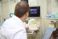 флеболог Бондаренко А.Н. проводит УЗИ у пациентки с восходящим тромбофлебитом